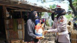 Seorang Pemulung Teteskan Air Mata Kala Menerima Bantuan Sembako Jajaran Ditlantas Polda Sulsel