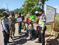 AKP. Dharmawaty SE.MM Dampingi Kapolres Maros Distribusikan Paket Sembako PPKM Level IV