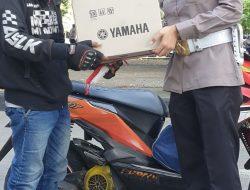 Paur Si STNK Samsat Makassar. Iptu. Ilham Yuliani S. Trk, Sasar Pengendara Lengkap Bagikan Reward